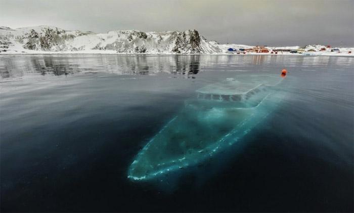 Sunken-yacht-Antarctica