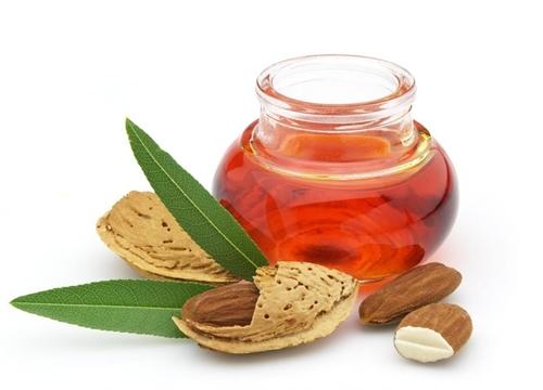 Badem-yağı-cilt-sağlığı-için-çok-faydalı-olan-AB-ve-vitaminleri-içermektedir.